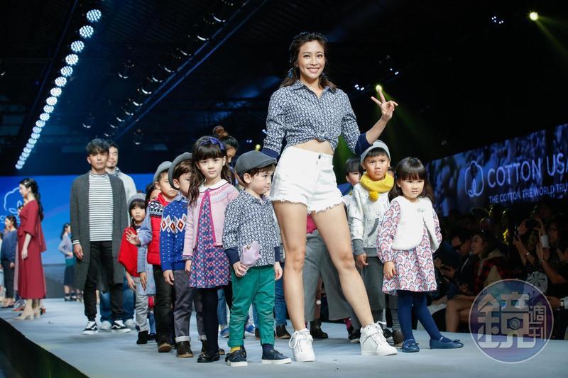 袁詠琳參加美國棉活動,牽著混血小男孩走秀互動可愛。