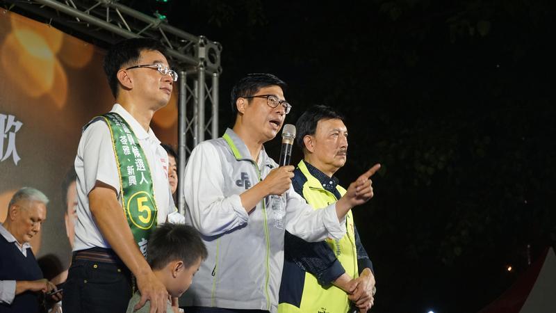 民進黨高雄市長候選人陳其邁(中)昨晚為議員候選人站台時透露國巨到高雄投資是他力邀促成。(陳其邁競選總部提供)