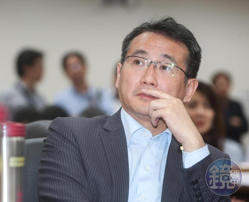 昨晚鄭運鵬不滿在臉書po文,痛批國民黨「是什麼樣的心理變態」,甚至還用「便便」當背景圖,暗諷韓國瑜及韓粉「去吃屎吧」。