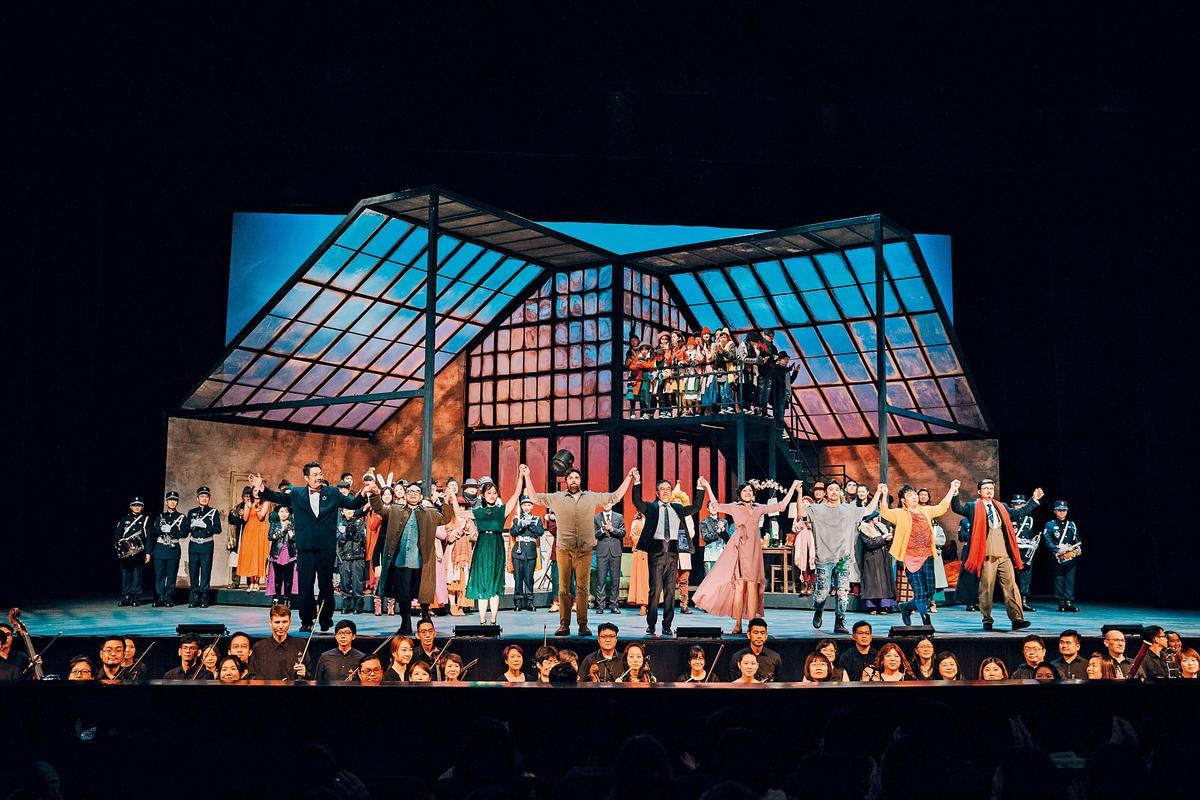 高雄市政府主辦多年的「春天藝術節」,結合地方場館文化中心至德堂演出歌劇《波希米亞人》,吸引觀眾購票進場。(高雄市文化局提供)
