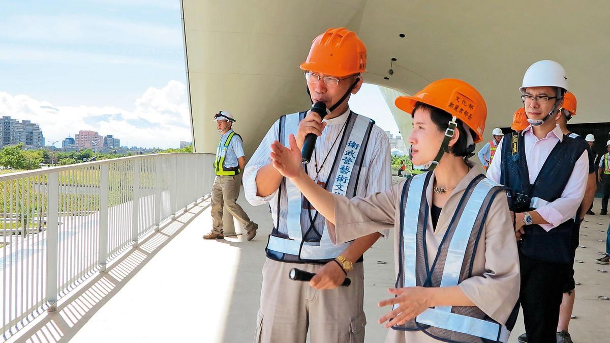 衛武營建造過程歷經8年,工程浩大且難度高,鄭麗君(右圖右二)多次訪視工程進度,硬體上居中協調,軟體方面也爭取預算支持。(文化部提供)