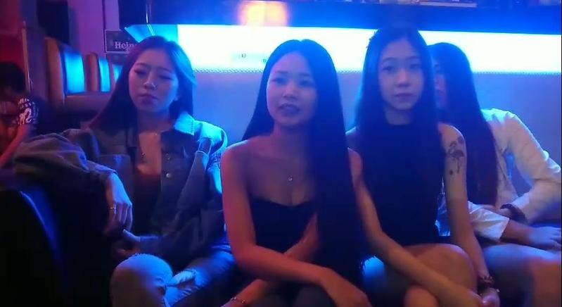 酒館老闆娘「韓韓」因為大膽挺韓國瑜,反而讓酒館生意更好。(翻攝網路)