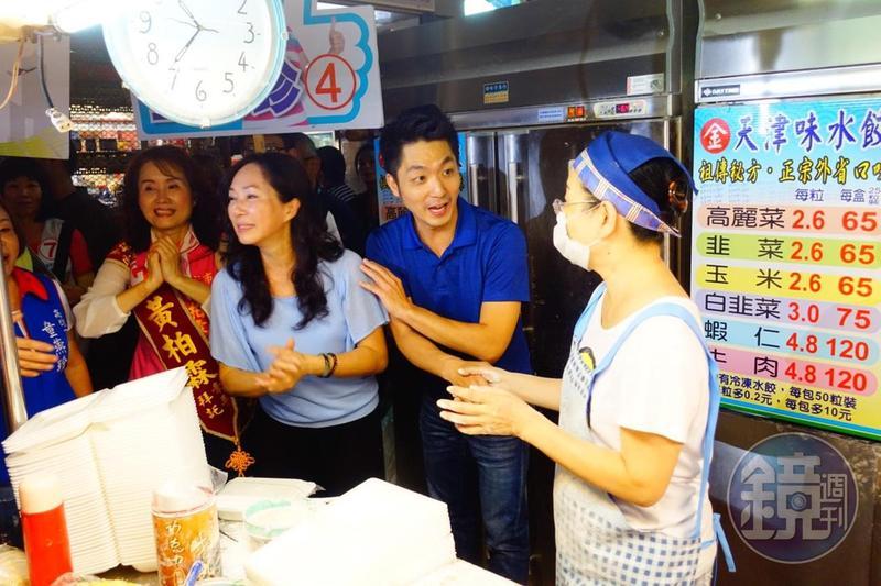 韓國瑜妻子李佳芬(右3)今邀立委蔣萬安(右2)一起到三民市場掃街,獲得熱烈回應,還表示自己和韓第一次約會,韓就唱軍歌〈夜襲〉給她聽。