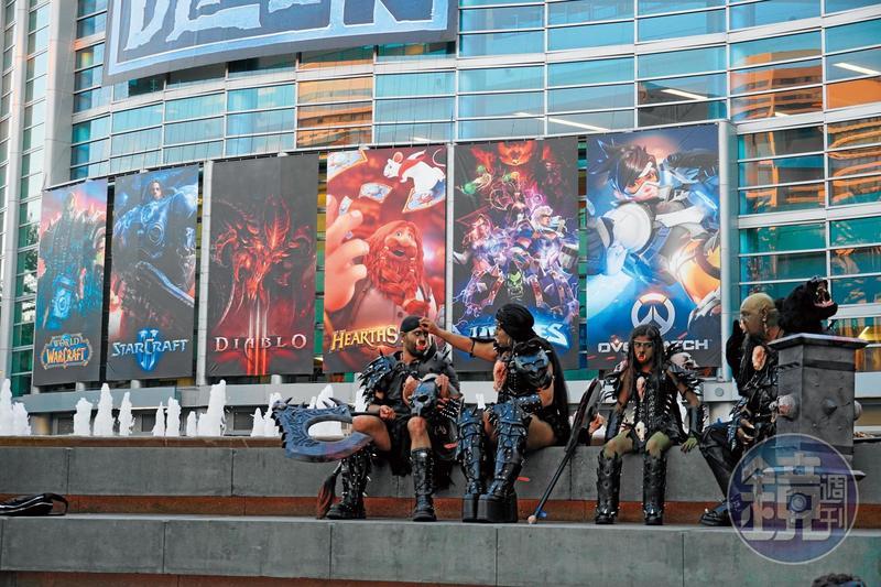 暴雪的6款主力作品海報高掛在會展中心的外牆上,現場也有許多扮演成遊戲角色的Cosplay玩家。