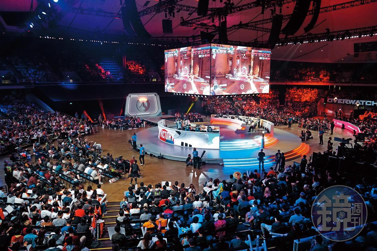 暴雪旗下遊戲的電競決賽,也是會場矚目焦點,圖為《鬥陣特攻》世界盃決賽現場,由中國隊挑戰衛冕軍韓國隊。