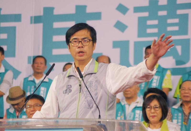 民進黨高雄市長候選人陳其邁端出招商牛肉,表示國巨將來高雄投資105億。(陳其邁臉書)