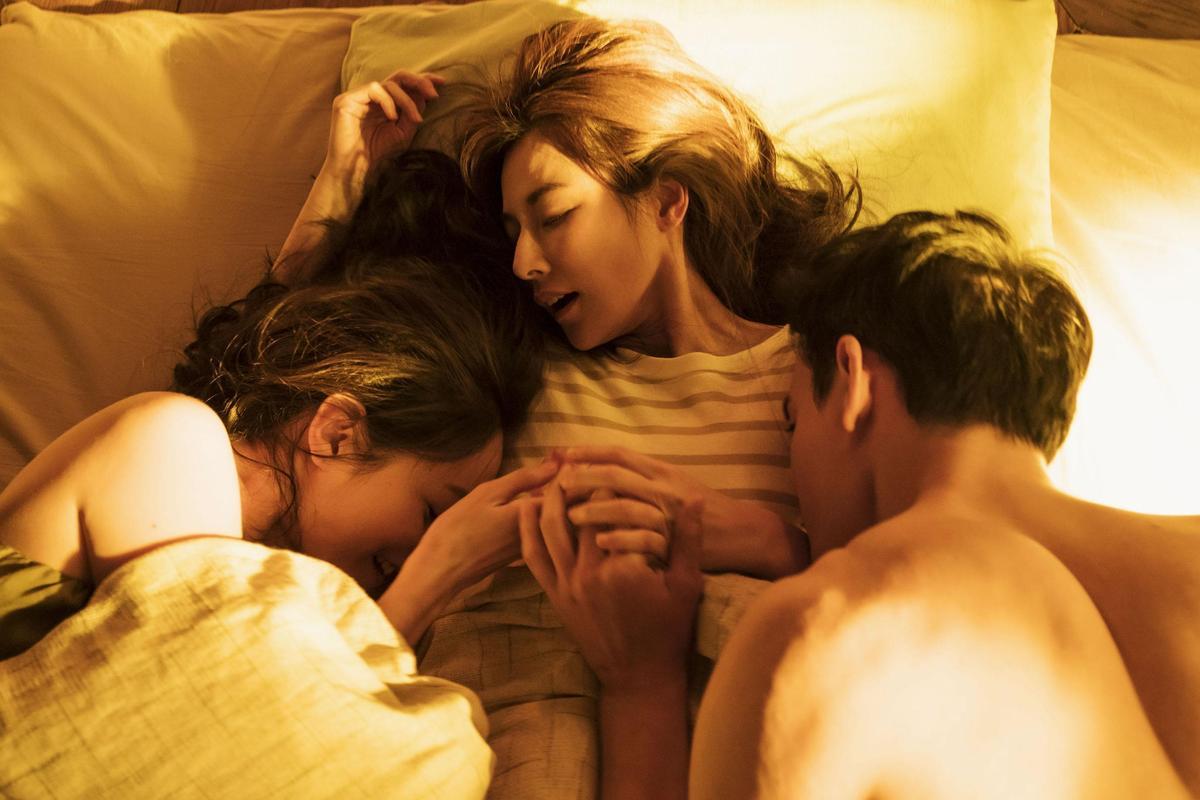 與黃柏鈞及Janet的激吻戲碼,陳怡蓉直呼這是自己人生中第一次在同張床上吻男又吻女。(青睞影視提供)
