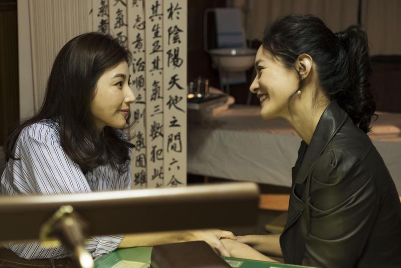 Janet與陳怡蓉有一場幻想的激吻戲碼,也讓陳怡蓉獻出人生第一次女女吻。(青睞影視提供)