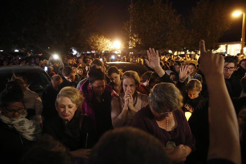 加州千橡市酒吧深夜傳出槍響,急忙逃出酒吧的民眾目睹槍手掃射,紛紛驚魂未定。(東方IC)