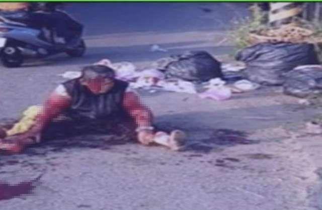 一名婦人遭3隻野狗包圍咬噬,全身是血跌坐在地。(翻攝畫面)
