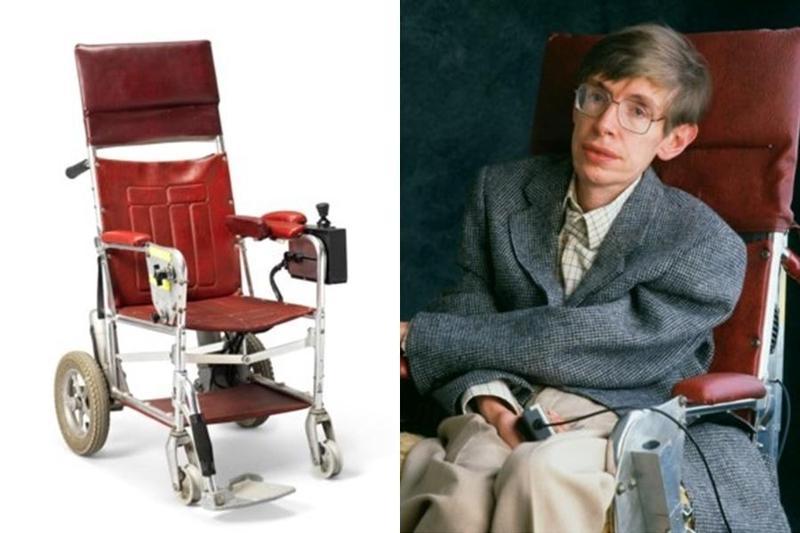 霍金的22件遺物日前進行拍賣,他晚年使用的高科技輪椅約以新台幣1,190萬元成交。(翻攝自佳士得拍賣行)