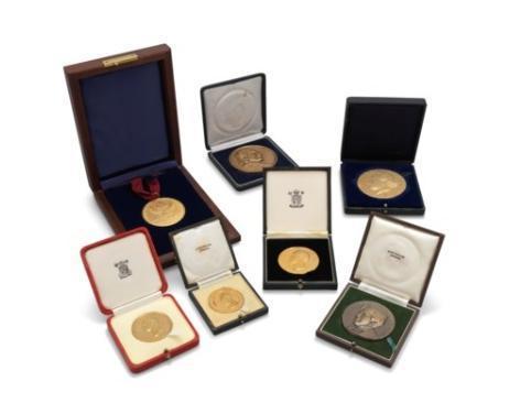 霍金的獎牌和獎座,約以新台幣1,190萬元成交。(翻攝自佳士得拍賣行)