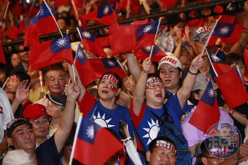 依《三立新聞》高雄市長民調指出,綠營陳其邁支持度為44.3%,藍營韓國瑜支持度43.2%,兩人僅差1.1%。