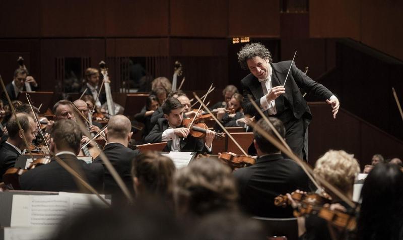 當紅指揮杜達美與柏林愛樂交響樂團11日晚首次在台合體,獻出3場交響盛宴,2場於台北、1場於高雄,演繹馬勒、伯恩斯坦與蕭士塔高維契的作品。(牛耳藝術提供)
