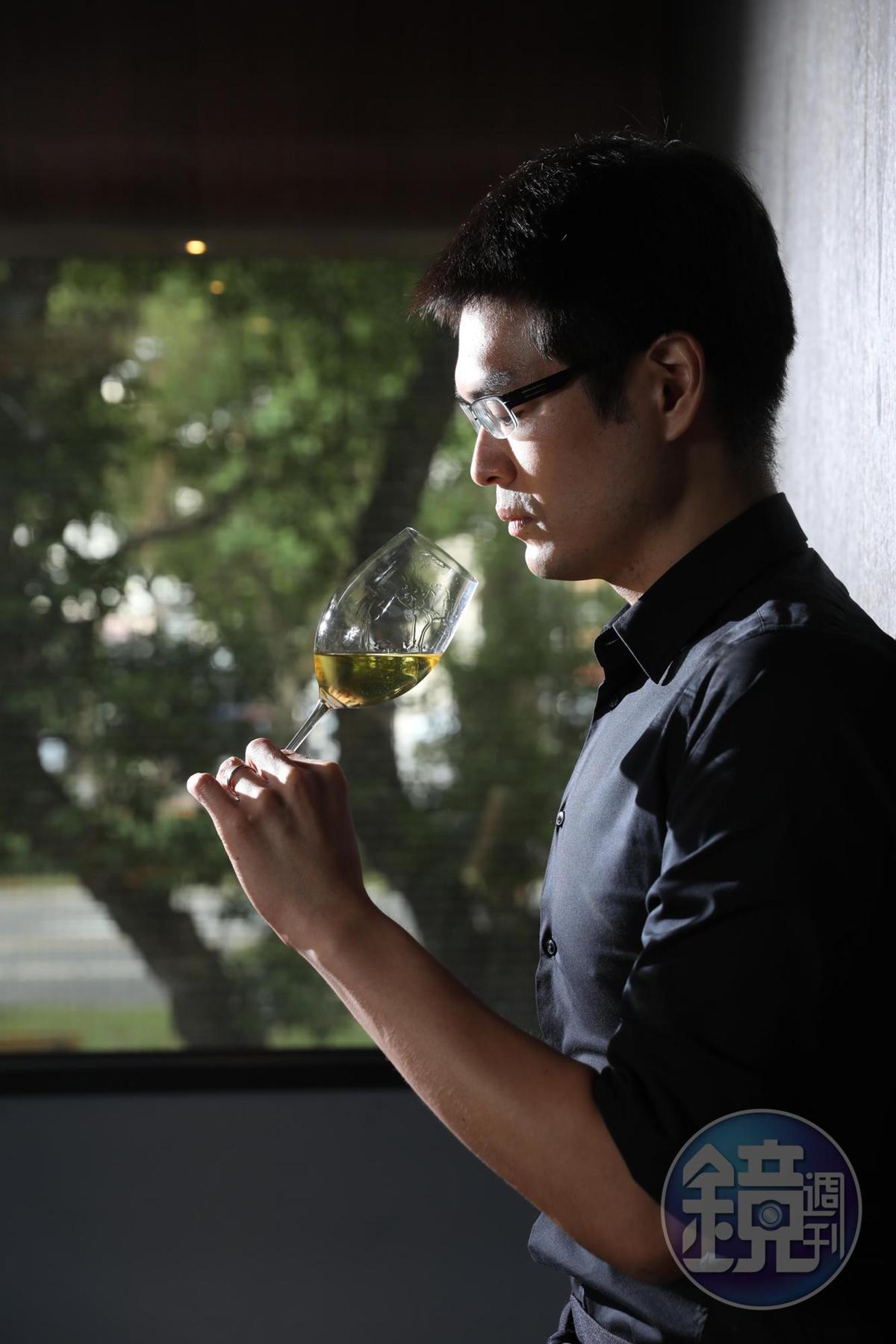 侍酒師蕭希辰的腦袋內建品酒資料庫,知識淵博。