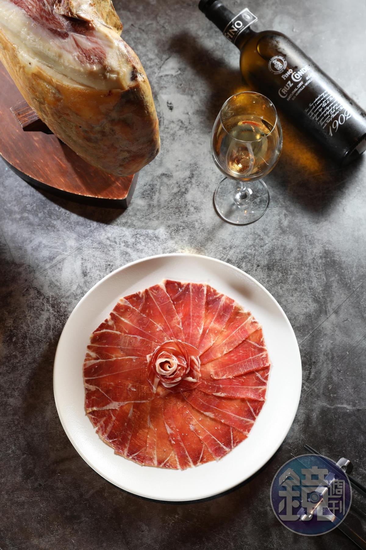 吃來濃厚的生火腿,在餐酒搭配邏輯裡,是紅肉中的輕量級,搭白酒更適合。