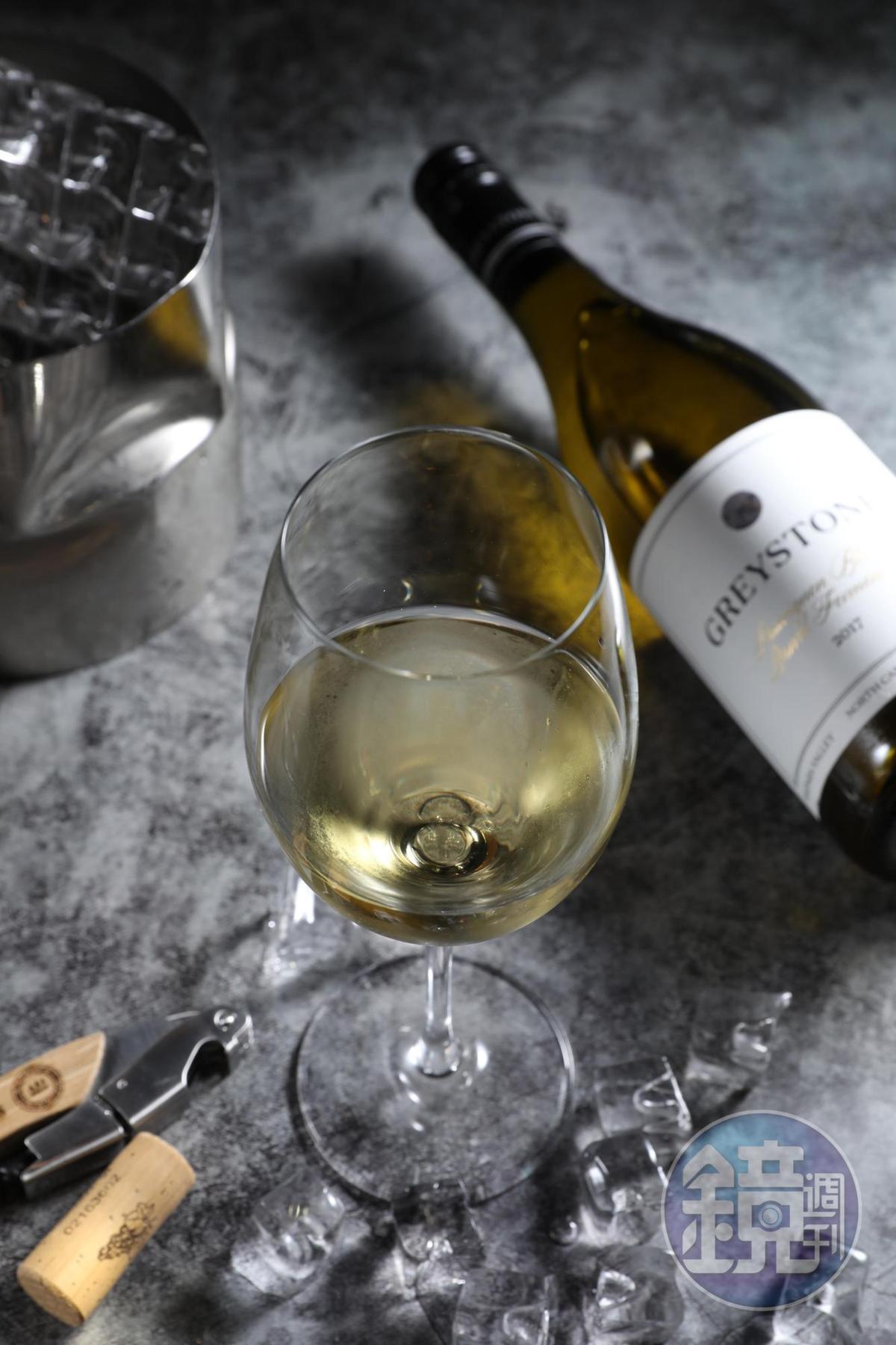 紐西蘭「灰石酒莊橡木桶發酵白蘇維濃」不只有紅心芭樂味道,還有葡萄柚、青草香,圓潤討喜。(380元/杯、1,500元/瓶)