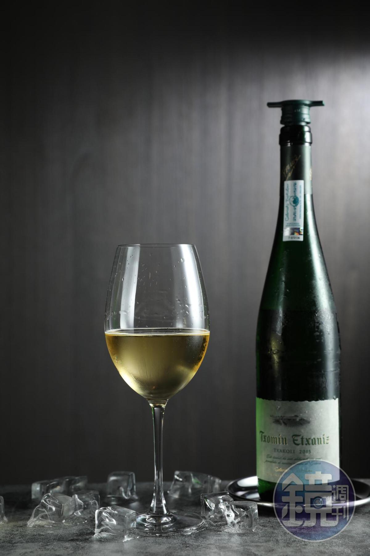 西班牙「奏鳴酒莊查科莉」有活潑的檸檬酸,搭上味道比伊比利火腿更輕盈的拜恩生火腿,氣味相投。(1,200元/瓶)