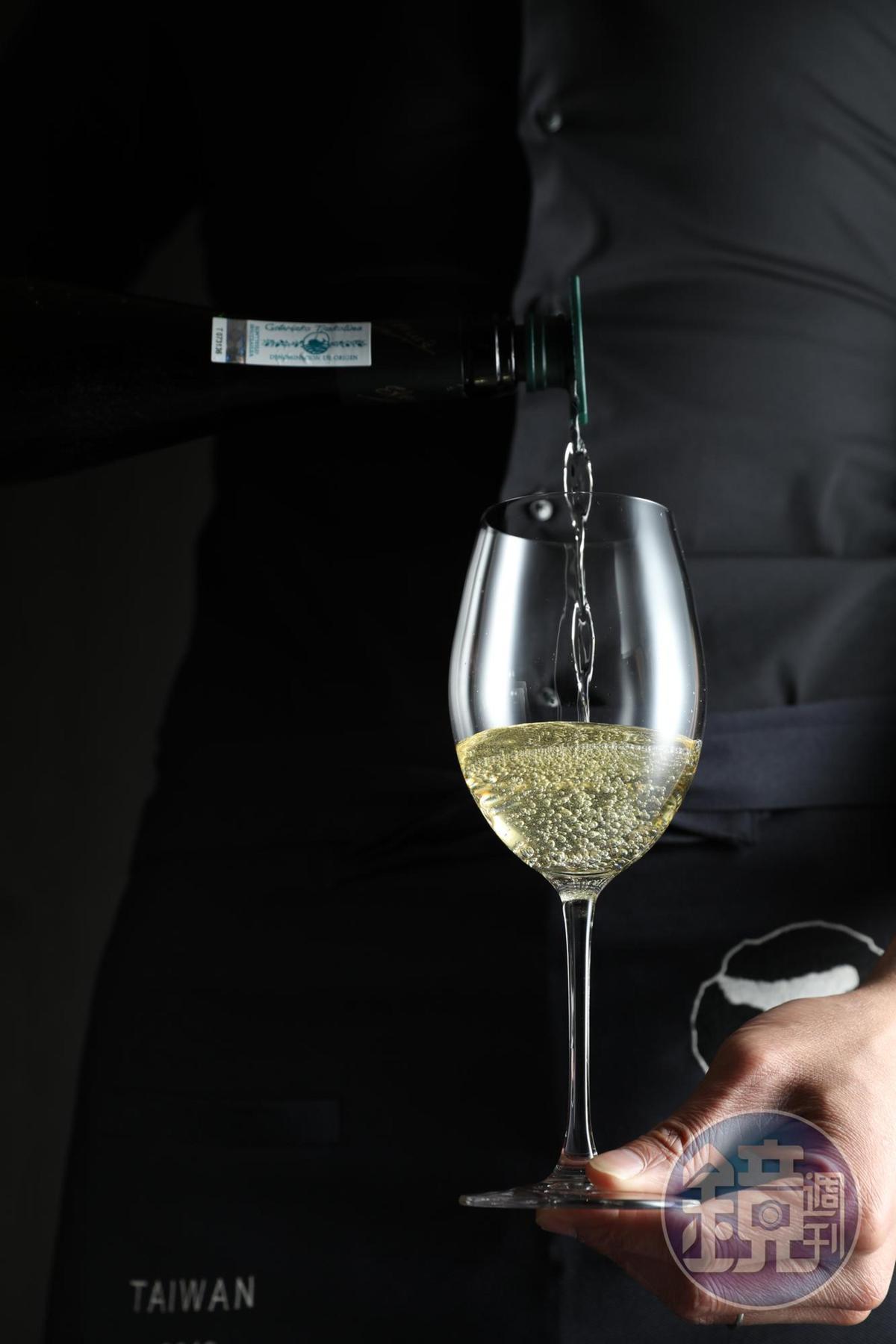 喝查科莉時,有一個動作不可少,換上瓶蓋,拉高倒下,讓杯中酒體充滿空氣,喝來更清爽。