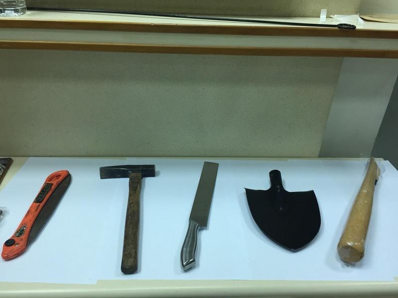 雙方攜帶刀械、棍棒、榔頭等凶器。(翻攝畫面)