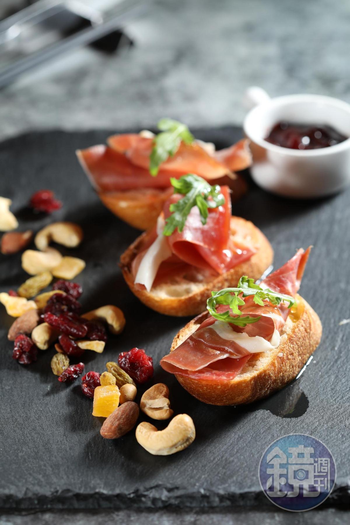 酥脆的長棍麵包切片,抹上番茄、蒜頭,再放上「法國拜恩風乾生火腿」,賦予輕食香氣層次。(法國拜恩風乾生火腿,325元/50g)