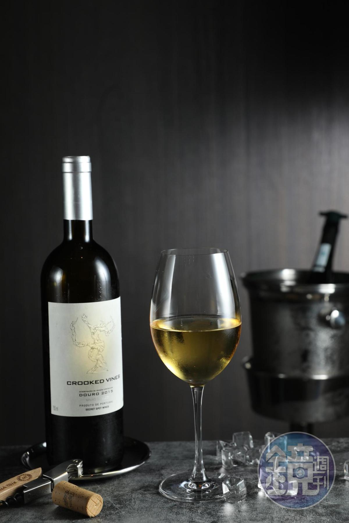 葡萄牙「秘境酒莊老藤」以多種葡萄釀製,配上台畜火腿拼盤,平易近人超百搭。(280元/杯、1,200元/瓶)