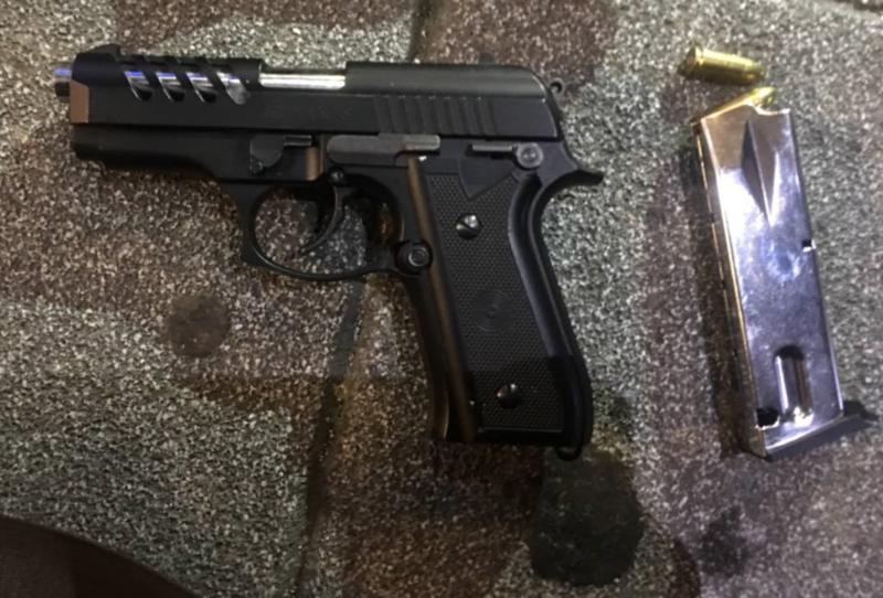 手提包內被警方搜出改造槍枝以及子彈,西餐廳服務生卻辯稱是在公園撿到的。(警方提供)