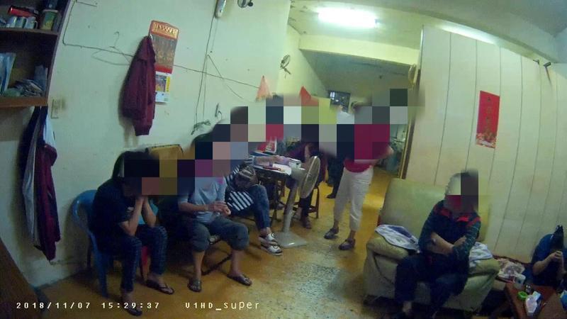 警方在現場查獲8名賭客、2副麻將及賭金4千元。(翻攝畫面)