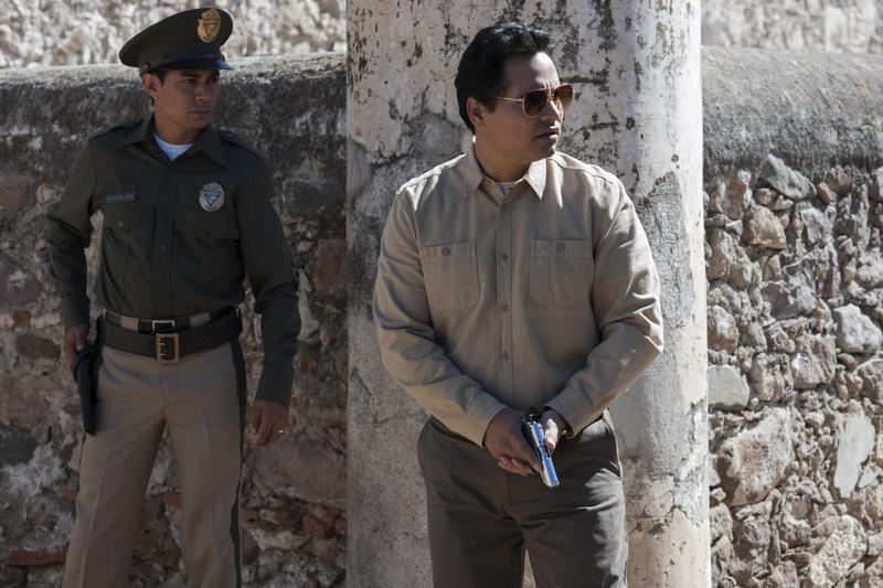 麥可潘納收起《蟻人》裡的嬉笑怒罵,正經嚴肅地演出一位熱血的正義緝毒探員。(Netflix提供)