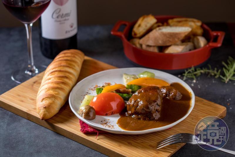 「48小時紅酒燉香草豬梅花」酒香濃郁,佐牛奶法國麵包一起吃。(485元/份)