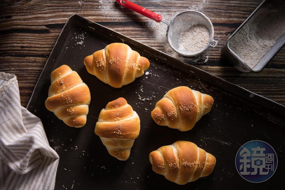 「鹽之花奶油捲」使用維也納軟麵團,即使放到隔天吃依然不硬韌。(35元/個)