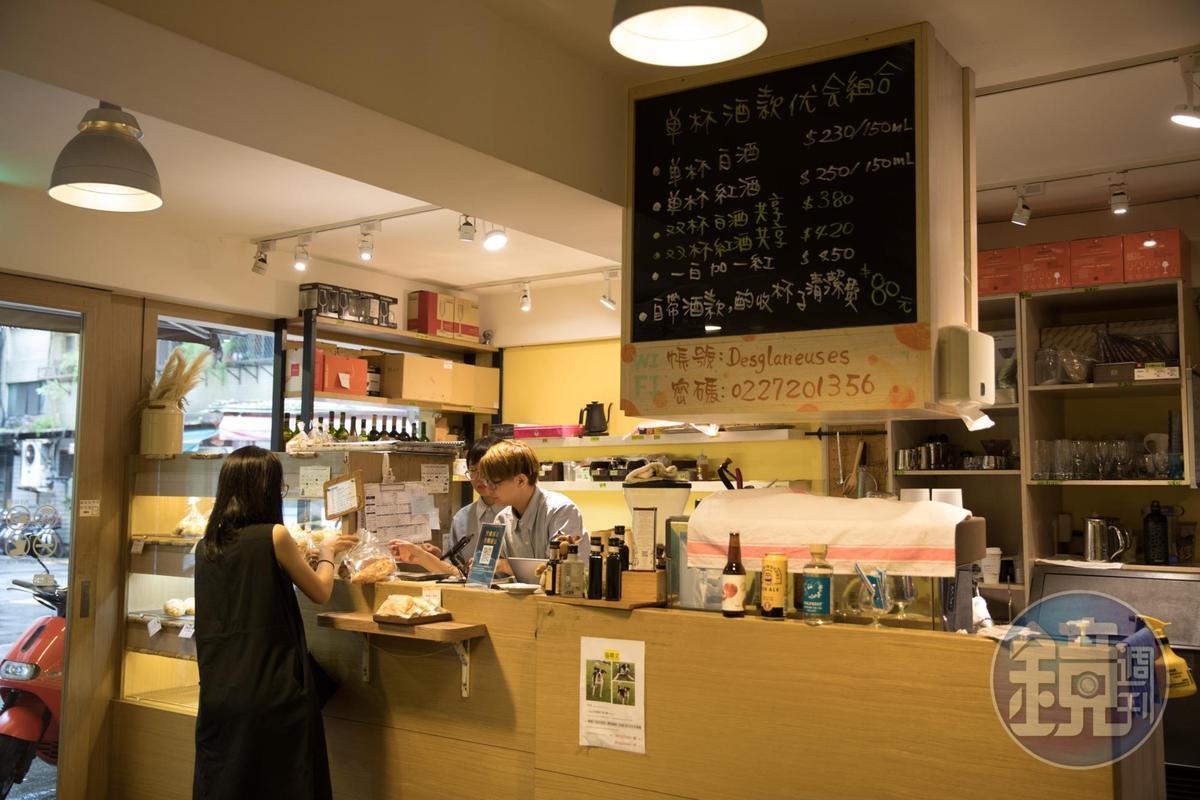「拾穗Bakery & Kitchen」的麵包櫃在結帳店頭,每日出爐約30種。