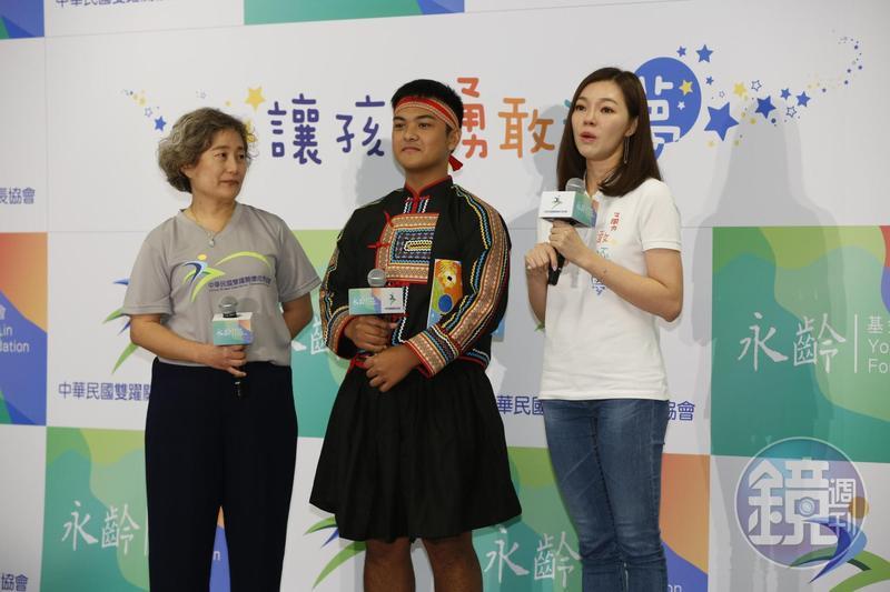 鴻海集團董事長夫人曾馨瑩趁著生日前夕出席公益活動,捐出500萬元為偏鄉部落孩童盡心力。