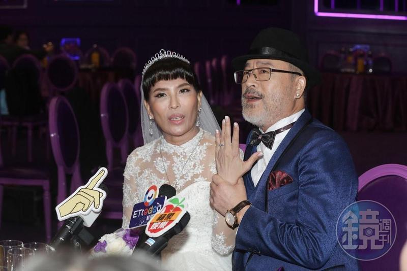 班鐵翔的老婆一臉幸福秀出結婚大鑽戒。