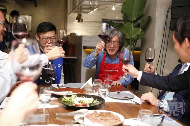 身為台灣電商龍頭的網路家庭董事長詹宏志,選在雙11前夕,自己親自下廚,煎起牛排。