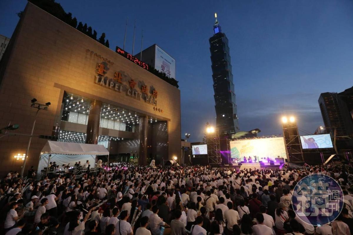 北市府廣場前可見許多年輕支持者身著白色上衣,到現場響應挺柯活動。
