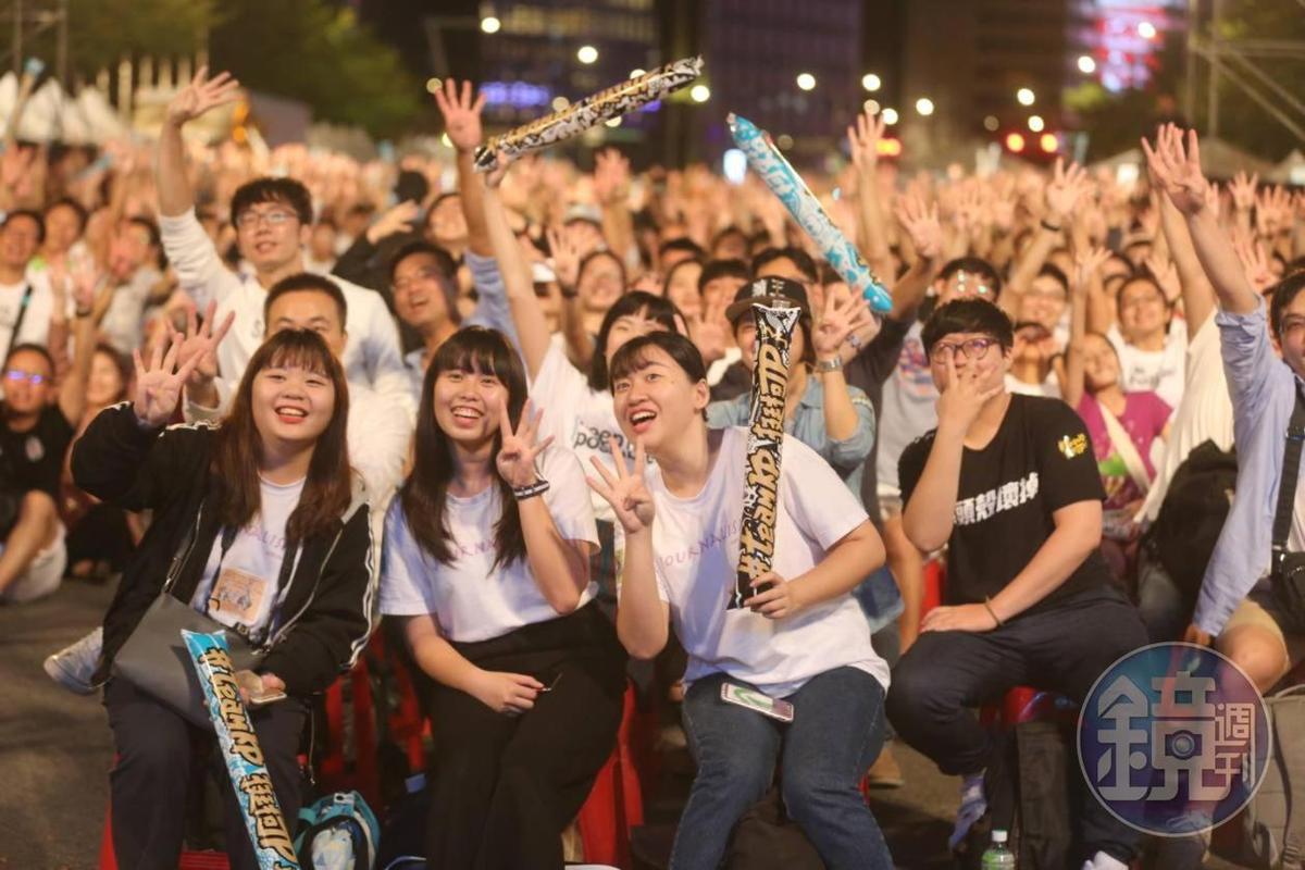 柯團隊所發起的造勢活動「#teamKP,挺柯P」,許多民眾穿著白色上衣手持加油棒表達支持。