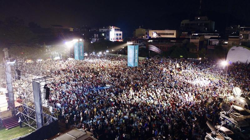 今晚陳其邁的「旗美大團結」造勢晚會主辦單位宣稱超過3萬人到場相挺。(陳其邁競選辦公室提供)