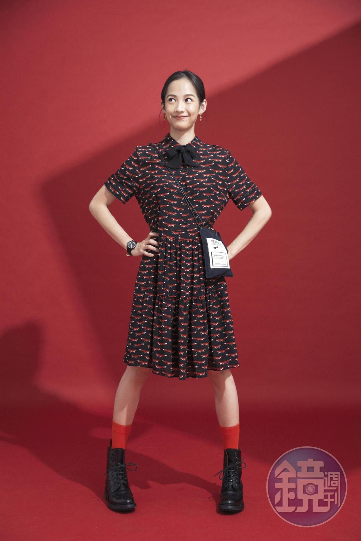 ESSENTIEL小狐狸圖騰連身洋裝,NT$21,980/Bonne Maison紅色短襪,約NT$600/CHURCH'S短筒靴,約NT$16,000/EdWonder斜背包,品牌贈送