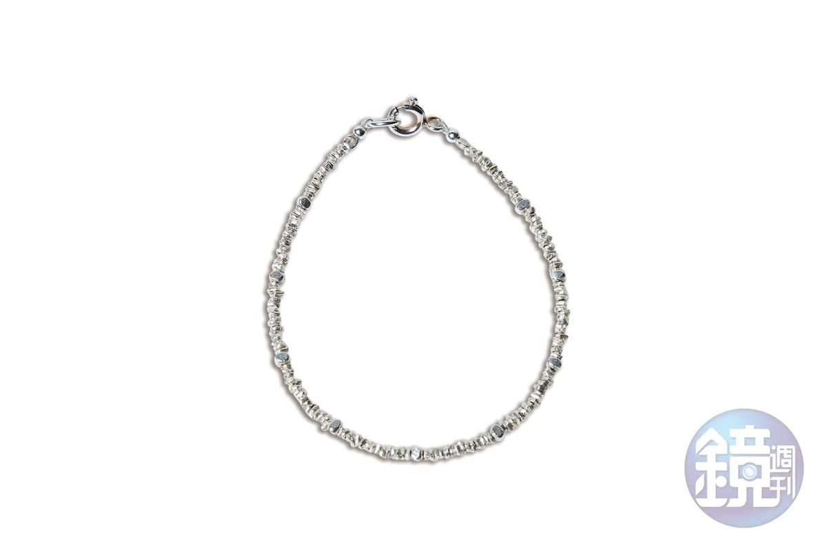 東區小店買的碎銀石塊手鍊。約NT$1,200
