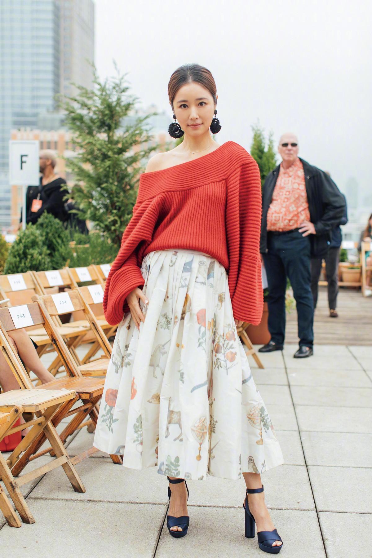 林心如,紅色斜肩寬鬆上衣與動植物圖騰長圓裙,是既高雅又脫俗的look。林心如選擇在裸露的肩上,搭配大型耳環,讓乾淨的髮型,凸顯出臉部輪廓,氣質滿分。
