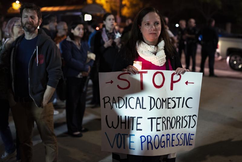 匹茲堡猶太會所槍擊事件後,民眾持標語抗議白人恐怖主義。(東方IC)