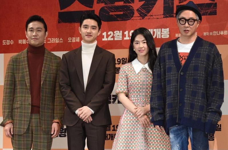 導演姜炯哲(右起)率演員朴慧秀、都敬秀、吳正世共同出席電影《搖擺男孩》製作報告會。(翻攝自Daum網站)