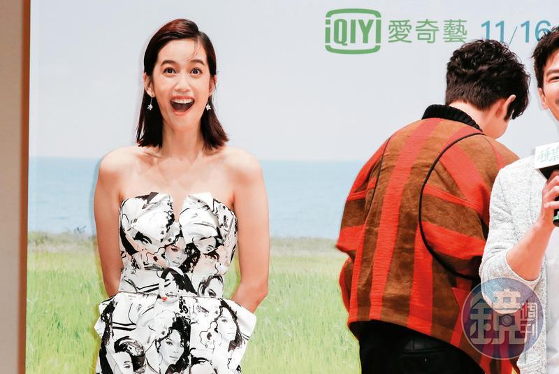 趁著劉以豪(右)轉身向後,陳庭妮又再自己演。