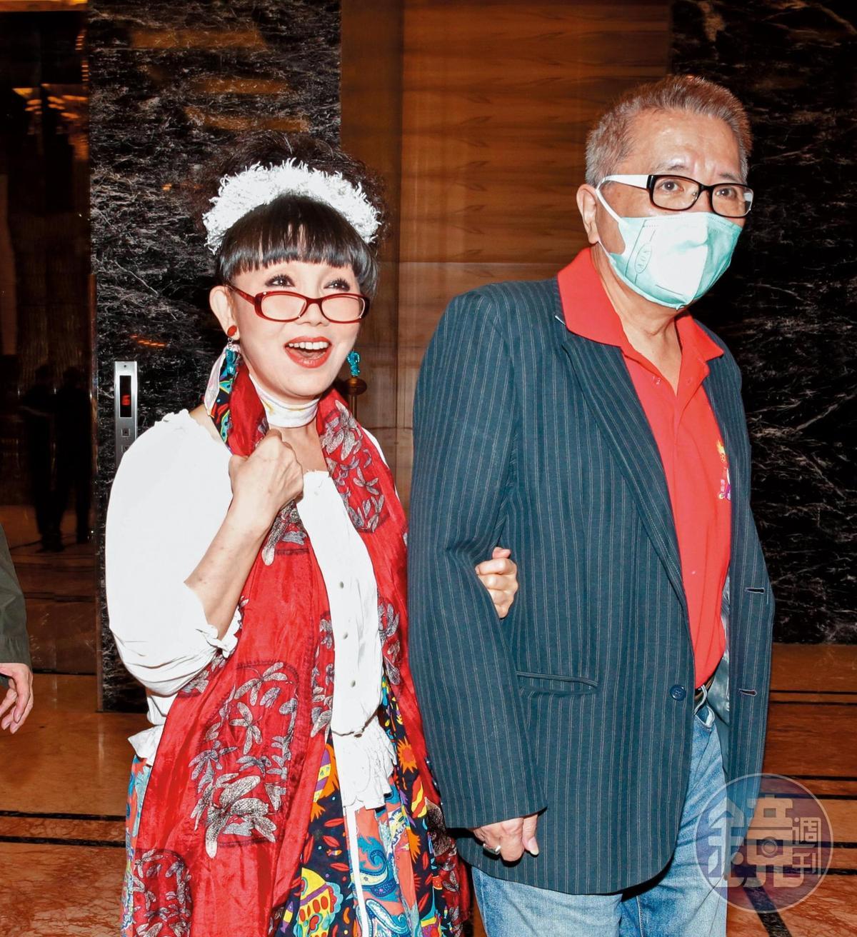 早期的秀場紅牌蔡閨(左)已經很少公開露面,難得帶著老公出場,參加班鐵翔61歲大婚婚禮。