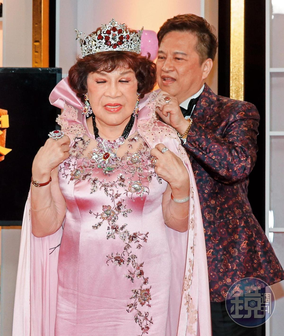周遊(左)與李朝永辦完大婚之後,還上節目分享自己心得,重點是她也把那套被說像傘蜥蜴的禮服經典重穿。