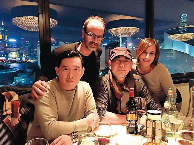黃秋生(右二)和杜汶澤(左一)直到香港爆發雨傘革命,兩人關係才轉好,由於政治立場相仿、處境相同而惺惺相惜。杜汶澤還po出吃飯照。(翻攝自杜汶澤臉書)