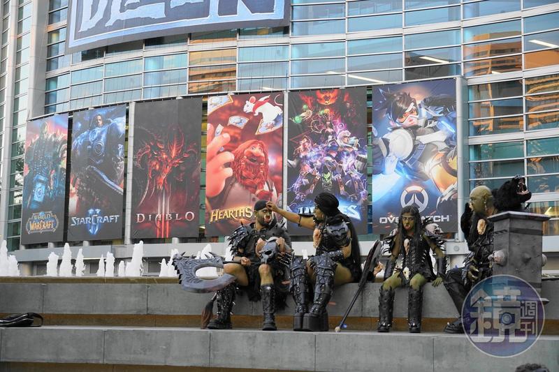 暴雪的6款主力作品海報高掛在安納罕會展中心的外牆上,嘉年華現場也有許多扮演成遊戲角色的Cosplay玩家。