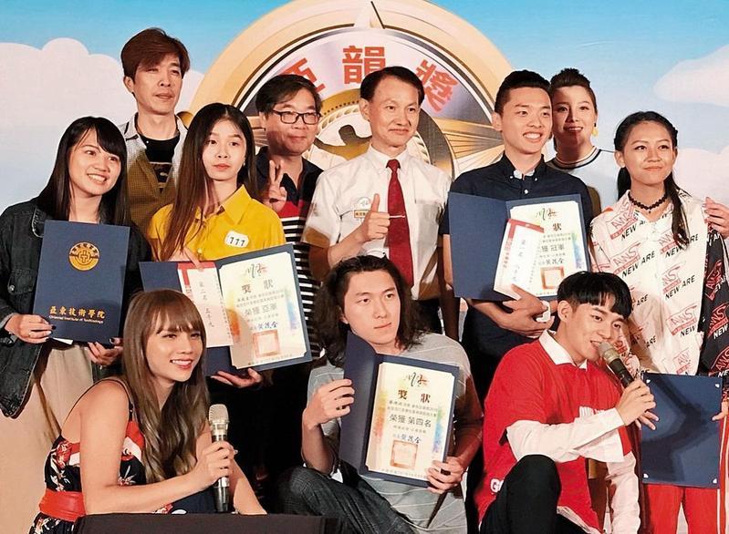 小A辣(前排左一)從網紅跨足演藝圈,也曾發唱片,還主持活動。(翻攝自小A辣IG)