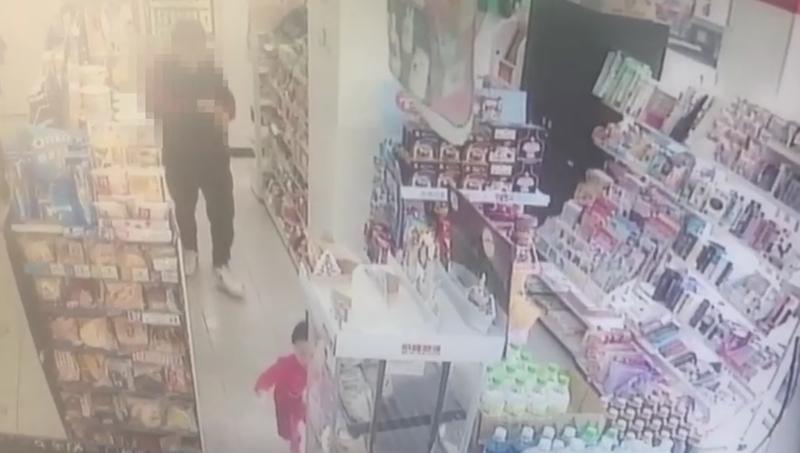 20歲張姓犯嫌在超商提領款項的監視器畫面。(警方提供)